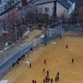 写真: サッカー練習雪舞う