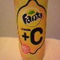 写真: 『コカ・コーラ社 ファンタ レモン+C』を飲む。喉を攻める強炭酸で、...