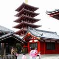 写真: 五重塔には和服がお似合い