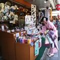 写真: 和服での買い物