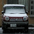 降雪中の車