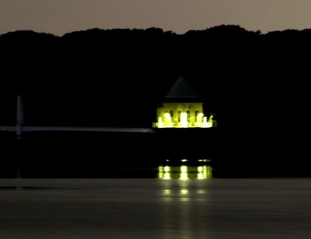 狭山湖の給水塔の灯火