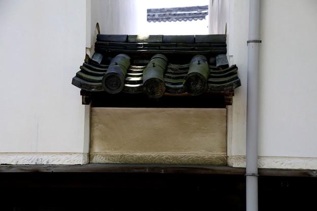 建物の間の屋根