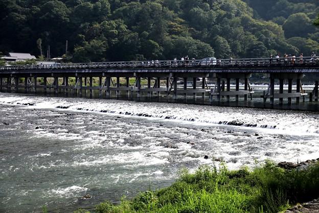 渡月橋と桂川の流れ