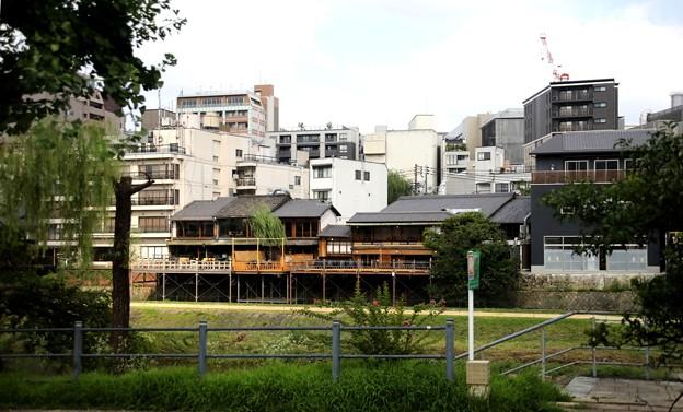 鴨川沿いの料亭風景