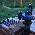 写真: 青いポンプ