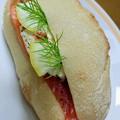 写真: ジョルジュの、スモークサーモンのサンドイッチ。初めて食べたけど、...
