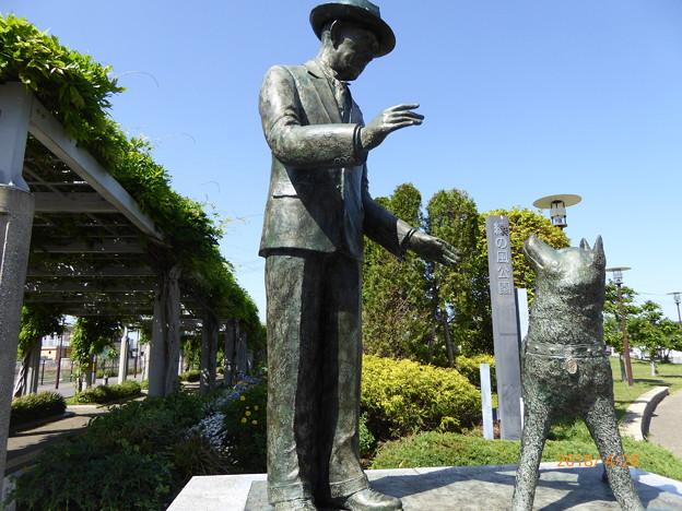 忠犬ハチ公と上野博士の像 久居駅
