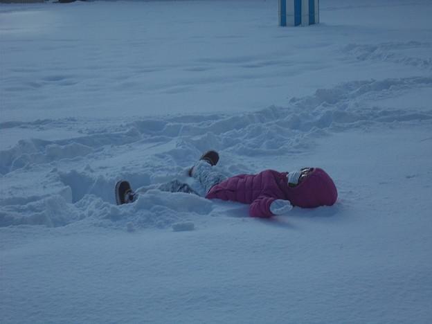 雪の上でおおはしゃぎ