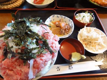 ネギトロ丼と小鉢色々