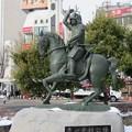 写真: JR上田駅前の「真田幸村 騎馬像」