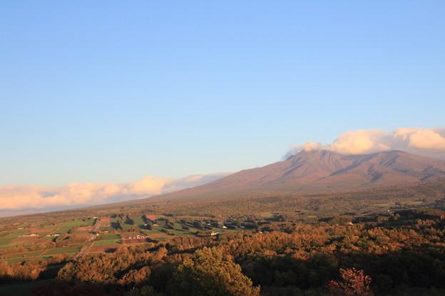 夕日に染まる秋色の斜里岳