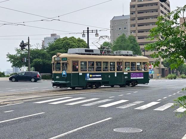写真: 広島電鉄 350形 広島市南区的場町2丁目 大正橋交差点 2018年5月18日