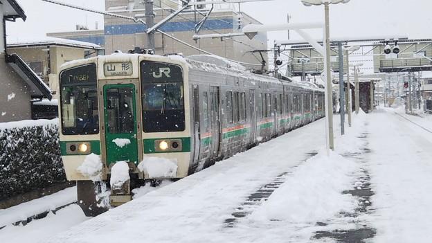 Photos: 719系 爆音コンプレッサー響く雪の羽前千歳