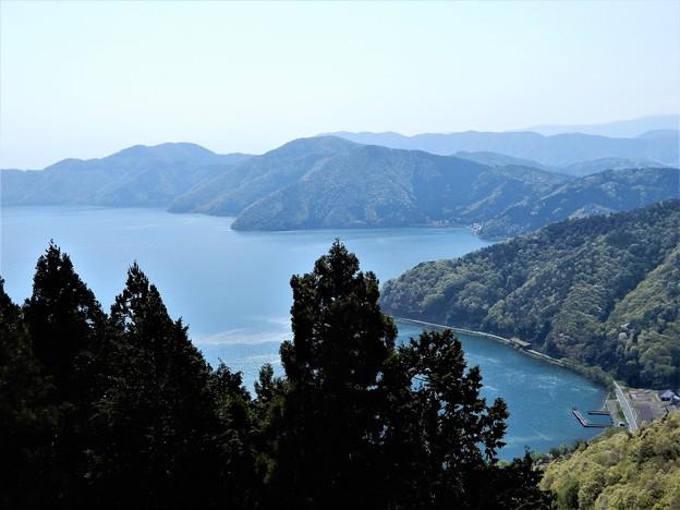 682リフト乗り場脇から下山、琵琶湖、飯浦(はんのうら)方面を望む