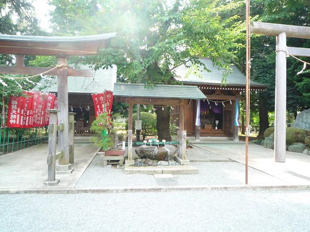 深見神社境内の倉稲魂神(うかのみたまのかみ)をお祀りする稲荷神社と、本土防衛に散華された御英霊を祀る靖国社