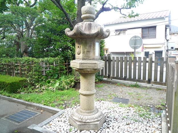 神明社の石灯籠