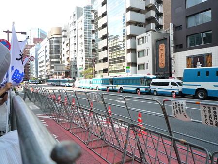小池百合子知事が反天連のデモを許可し、警視庁の機動隊が反天連を護る、赤に支配されている日本の構図
