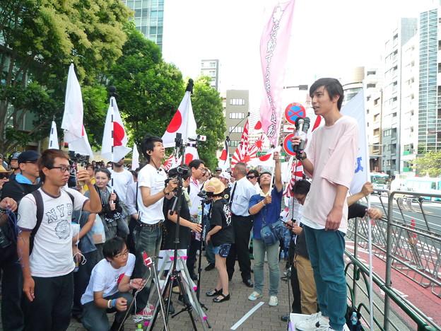 Photos: マイクを持ち持ち演説するのは日本の現状を知り、日本を守るため勇敢に立ち上がった19歳の日本男児。