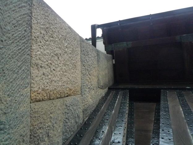 桜田門で雨宿り