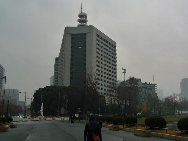 雨。正面の建物は警視庁本庁舎