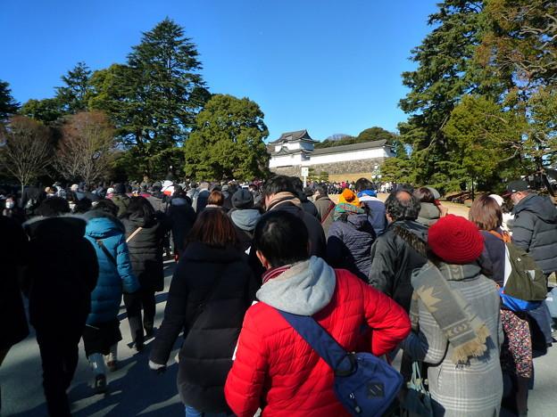 皇居正門を抜けて、どんどん進んでいきます。