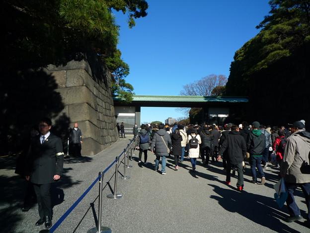二重橋を渡りきった辺りです、前方に皇居中門