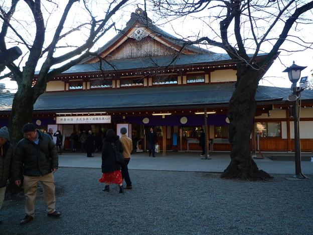 靖国神社境内の衆参殿と尊い桜
