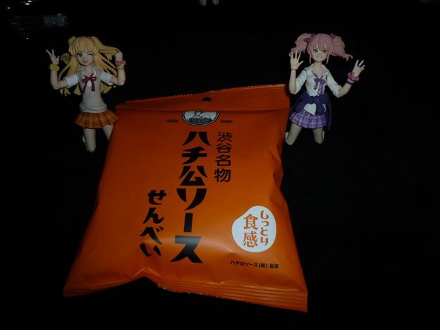 渋谷駅で購入した渋谷名物のハチ公ソースのせんべい