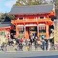 写真: 「八坂さん」の前の横断歩道を渡って…、やれやれ…。