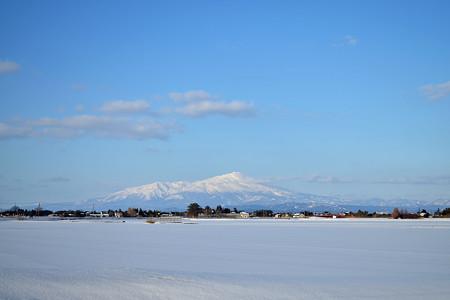 160211雪原と鳥海山