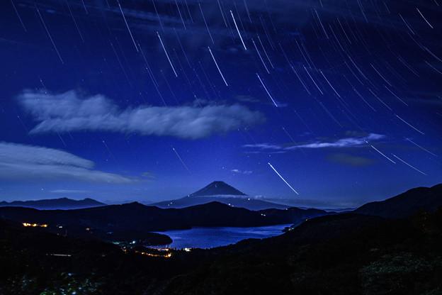 中秋の名月に照らされた富士山