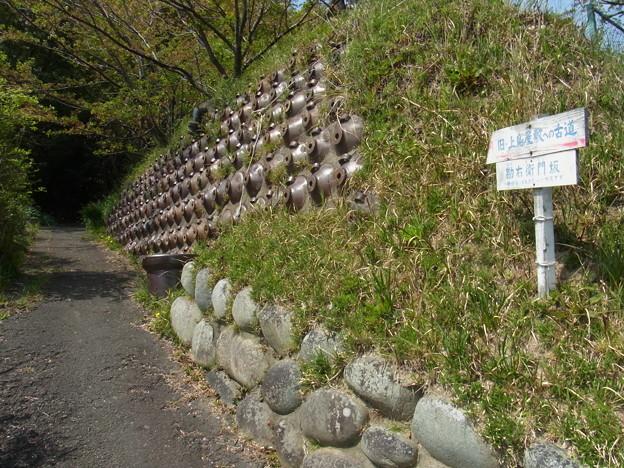 醤油壺を利用した石垣(岡田)