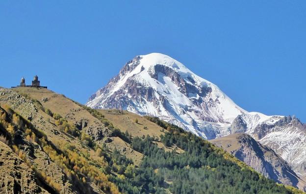写真: 山上の教会とカズベク山~ジョージア Church & Mt. Kazbek
