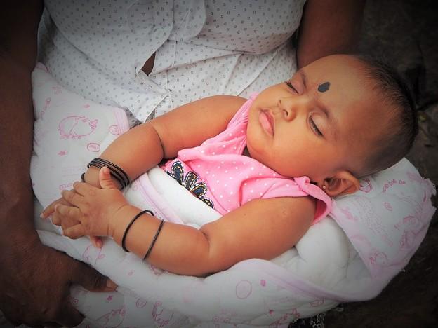 眠れ よい子よ♪~スリランカ Sleeping baby