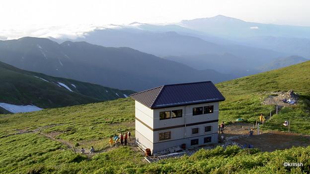 大朝日岳山頂避難小屋