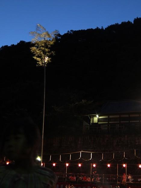和霊大祭の宵04 御幣を取り合う竹