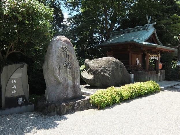 写真: 椿神社04 鋏魂碑と筆魂碑