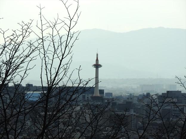 京都霊山護国神社09 京都タワーを望む