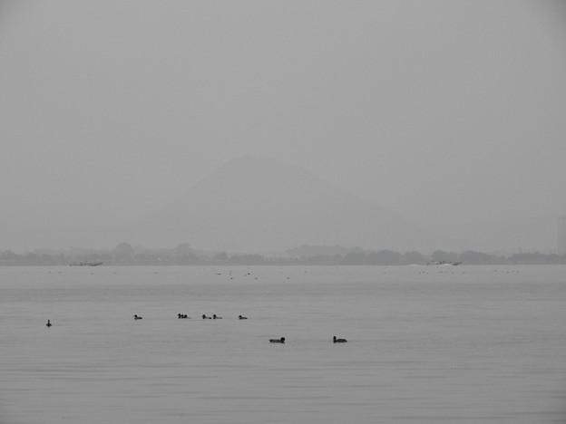 比叡山坂本47 近江富士(三上山)を望む早朝の琵琶湖畔