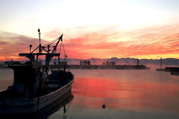 けあらし立つ漁港
