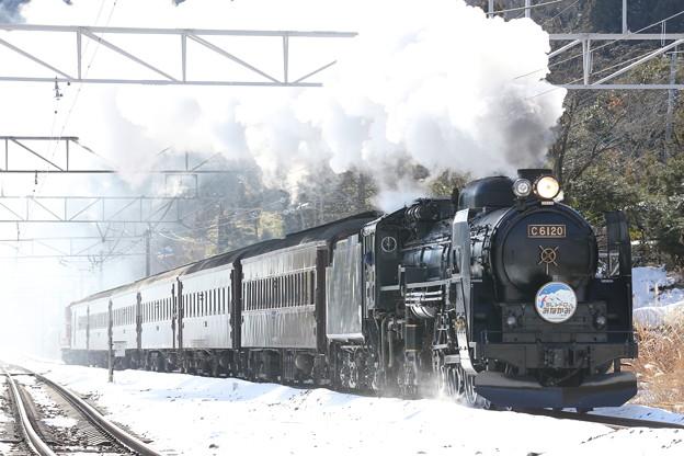 雪映えのレトロ列車