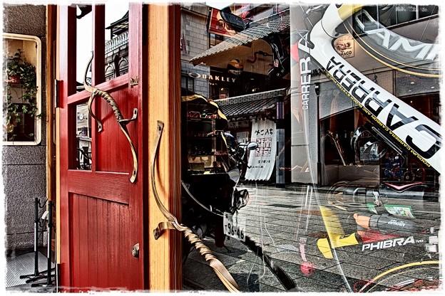赤いドアの店