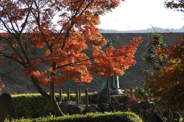 紅葉と銅像