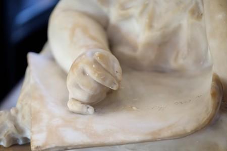 2018.04.19 外交官の家 階段 手紙を書く少女の大理石像