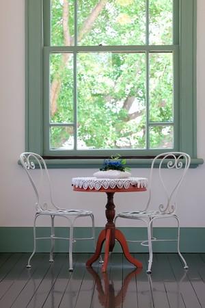 2018.05.11 ブラフ18番館 廊下 窓 椅子