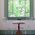 写真: 2018.05.11 ブラフ18番館 廊下 窓 椅子