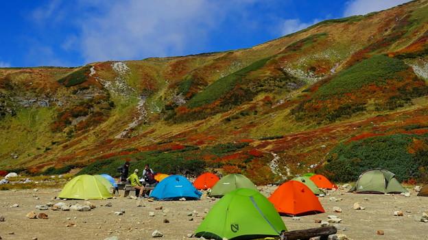 山もカラフル、テントもカラフル