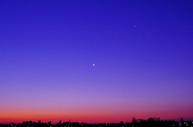 夜明けの月と金星