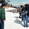 写真: CI35-小さな雪崩でバス足止め